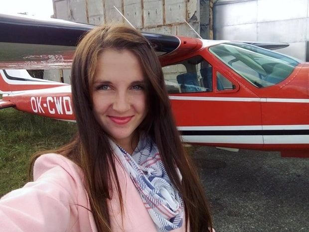 Denisa si každý úspěch v létání patřičně užívá.