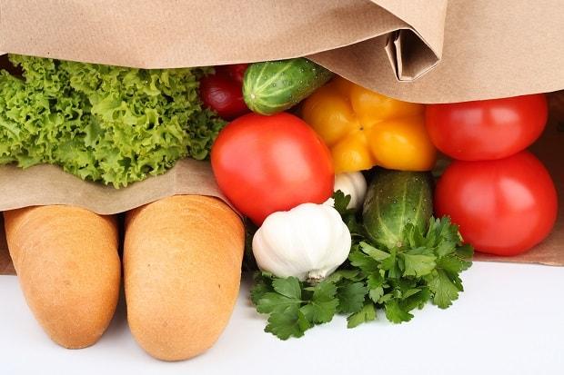 Na zeleninu a pečivo bývají ve večerních hodinách výrazné slevy.