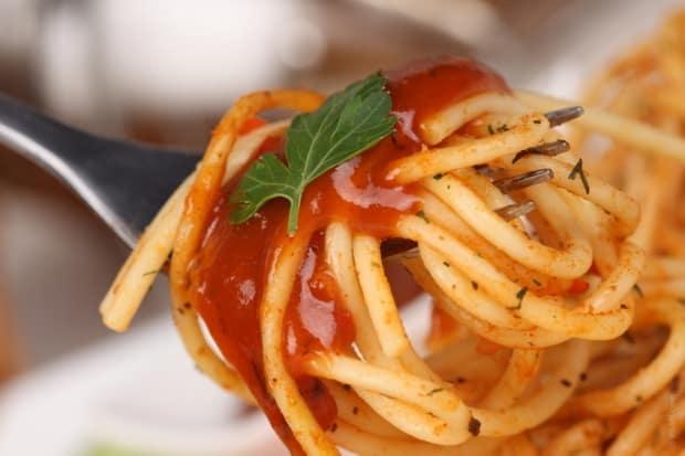 Dlouhé těstoviny jíme s pomocí vidličky a lžíce.