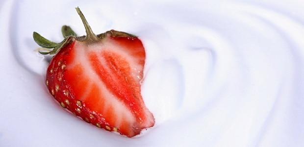 Jahody v kombinaci se šlehačkou povzbudí vaše smysly.