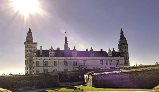 Hrad Helsinborg ježí v městečku Helsingor na severu dánského ostrova.