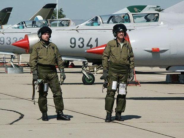 Piloti před startem.
