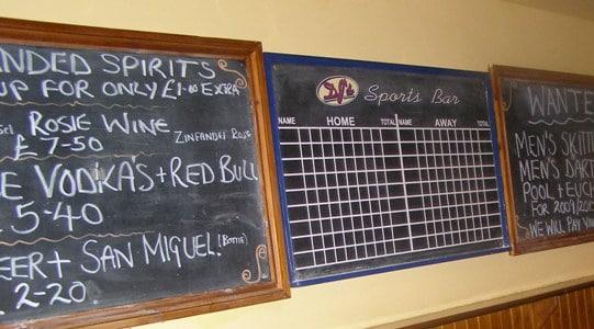 Tabule score a nabídky večerních drinků.