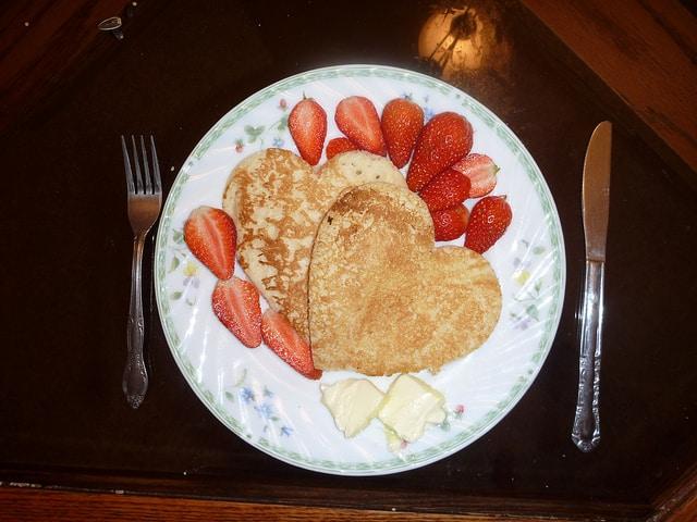 Nemusí jít jen o svačinu, můžete si dát práci i se zamilovanou snídaní, třeba i do postele!