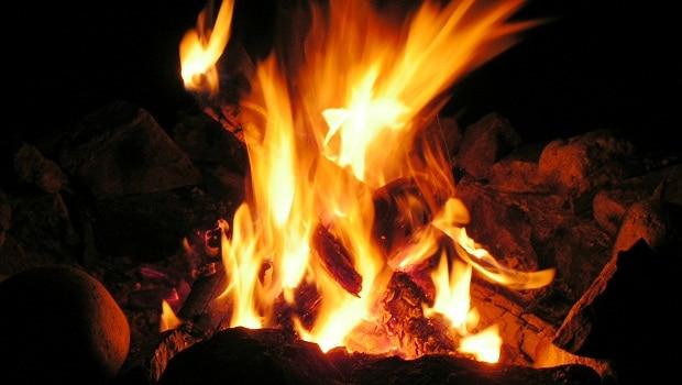 Nejenže si na ohni uvaříte, vytváří i dobrou atmosféru.
