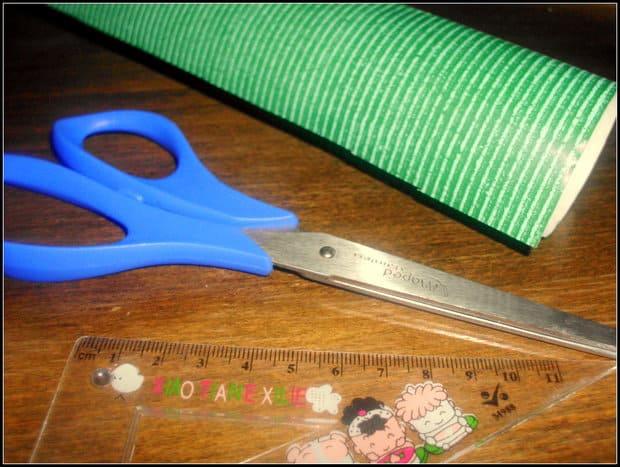 Na výrobu obalu postačí pouze nůžky, papír a pravítko.