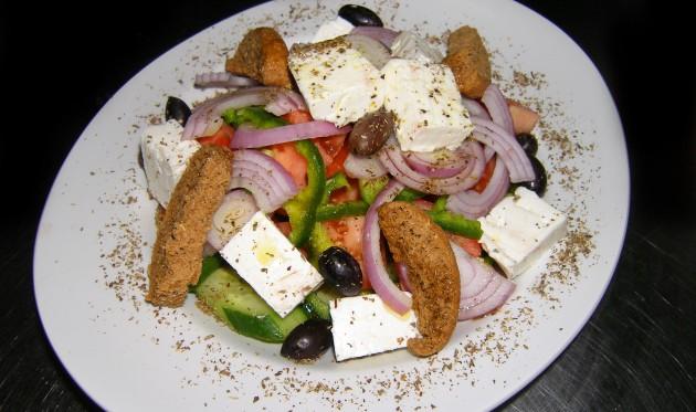 Salát s feta sýrem.