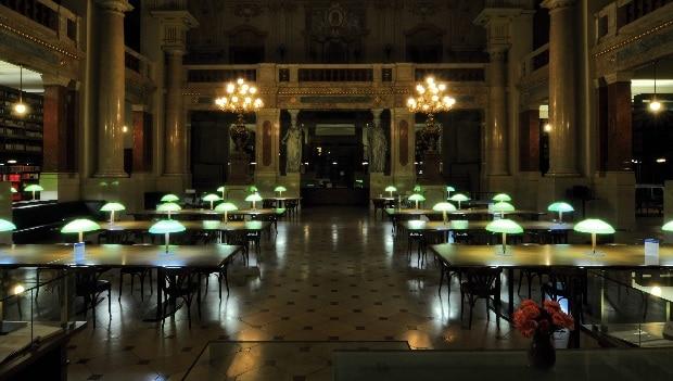 Knihovna Akademie věd se nachází hned naproti Národnímu divadlu.