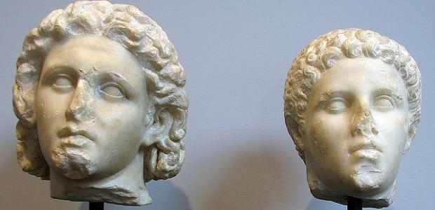 Alexandr a jeho milenec Hephaestion. Příběh jejich lásky je až dojímající.