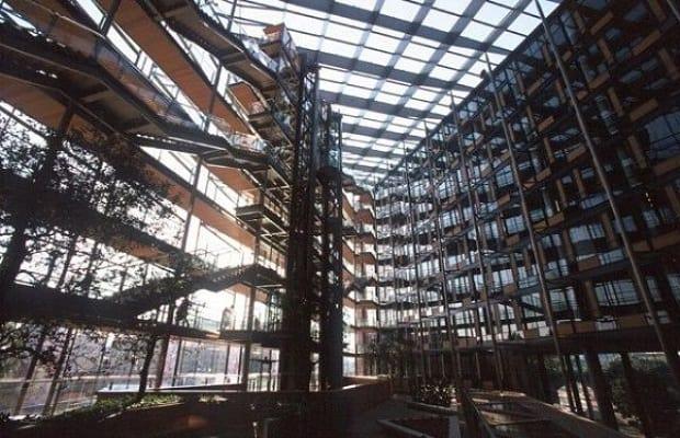 Prosklené atrium v centru Danube House.