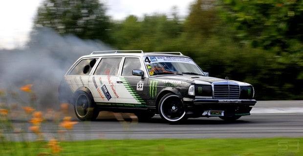 Tento Mercedes nápadný leda tak tím, že už dávno nepatří do naší doby, má údajně turbo ze Scanie. Z náklaďáku!