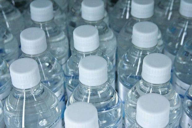 Plastové lahve jsou velkou zátěží pro životní prostředí.