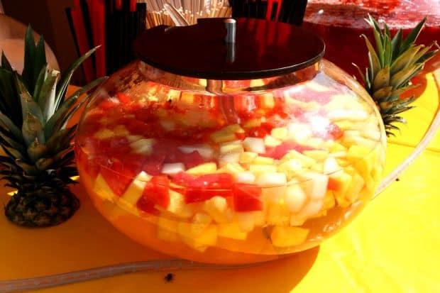 ovocná bowle doplněná bílým vínem.