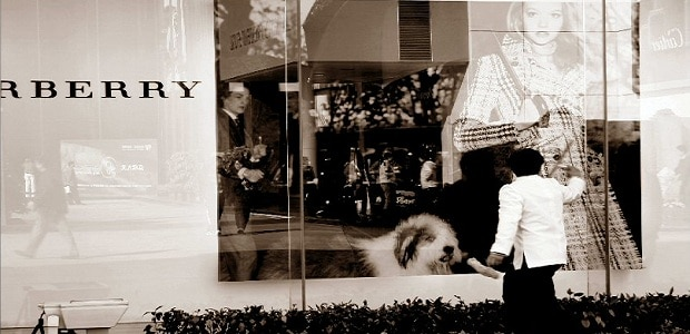 Mezi věhlasné módní domy patři i prestižní britská značka Burberry.
