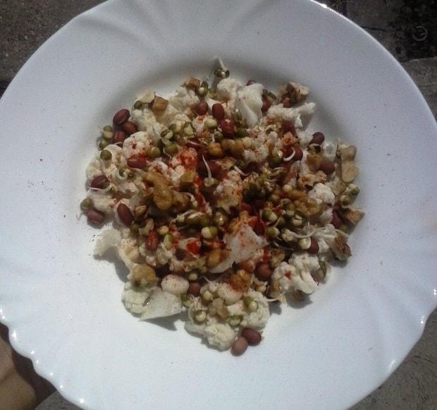 Klíčené fazole s květákem a ořechy.