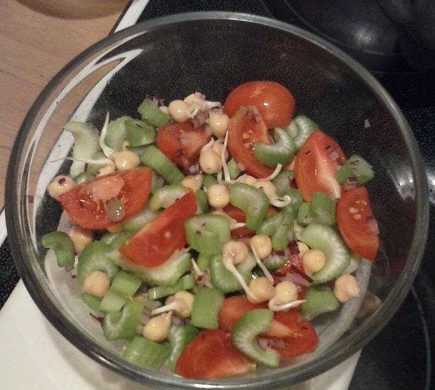 Klíčená cizrna v zeleninovém salátu.