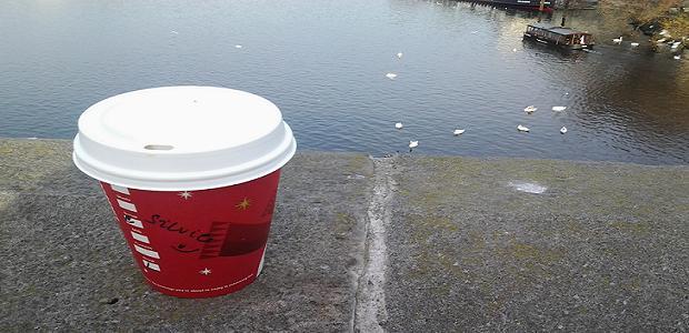 Karamelové latte ve vánočním kelímku vychutnávané na Karlově mostě.