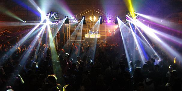 Bary a párty jsou ideálním místem k seznámení. Foto: sxc.hu