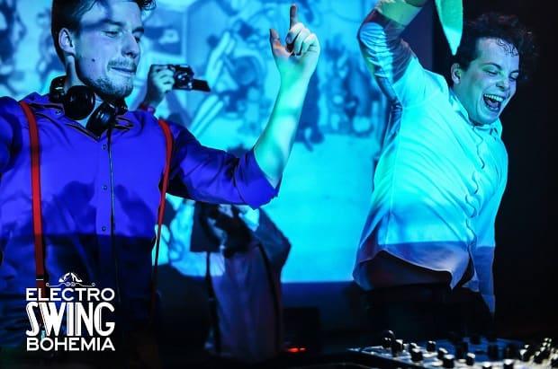 Kluci si DJování náramně užívají.