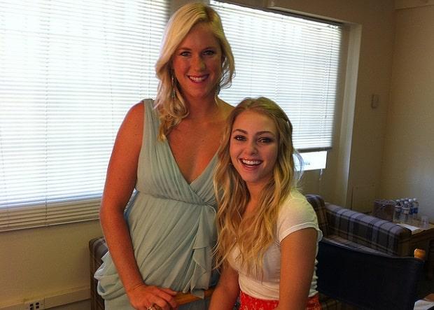 Bethany (vlevo) s AnnouSophií, která ji ztvárnila ve filmu Surfařka.