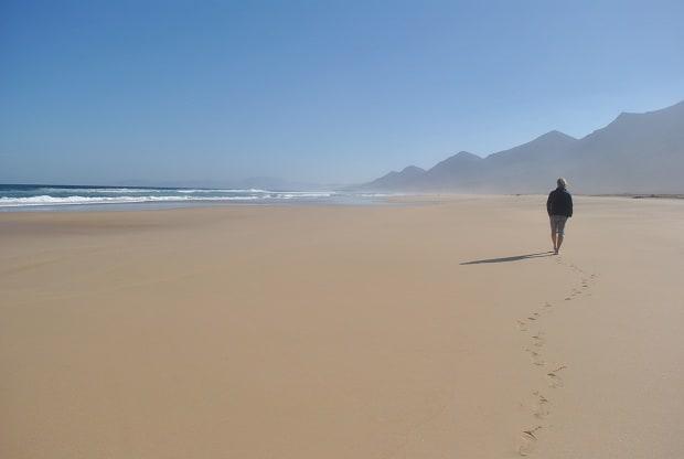 liduprázdná pláž