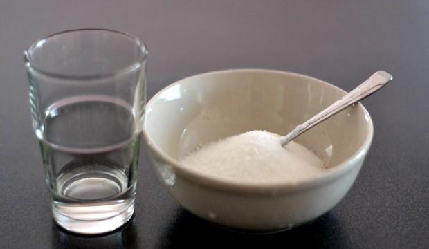 Cukr a voda k jeho navlhčení.
