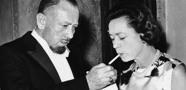 Steinbeck zapaluje cigaretu své manželce Elaine.