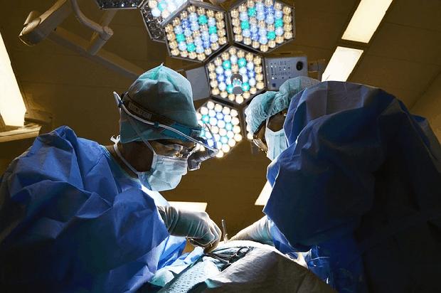Transplantace provádějí odborníci, kteří v černém trhu vidí možnost pomoci a rychlého výdělku.