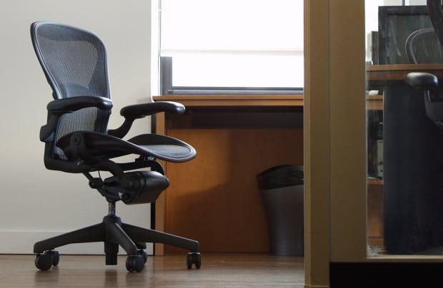 Například takhle by měla správná studijní židle vypdat.