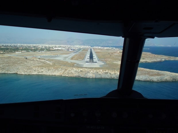 Pohled z kabiny letadla.