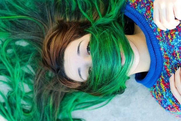 Bláznivá změna barvy vlasů může být jedním ze způsobů, jak lépe poznat sebe sama.