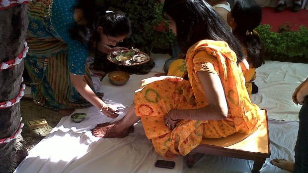 Ženy mají tělo slavnostně ozdobené hennou.
