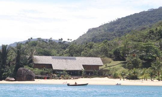 Kdo by nechtěl dům s rozlohou 700 metrů a 220 metrů soukromé pláže.