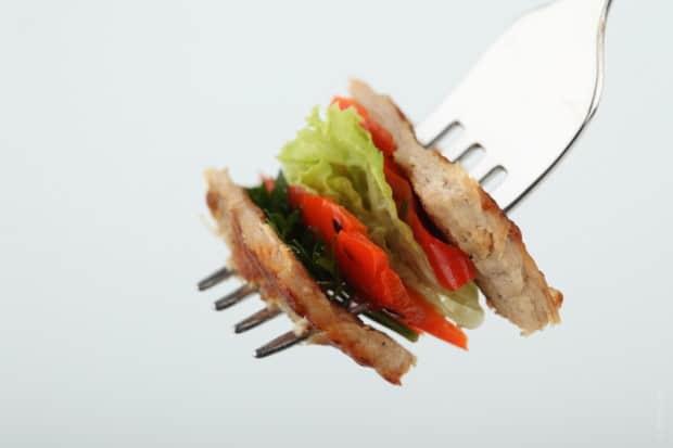 Jídlo nemůžeme nabírat vlastní vidličkou. Vždy je nutné použít přikládací příbor.