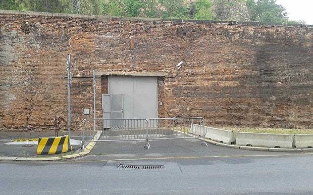 Vrata do podzemního objektu se nachází přímo naproti Úřadu vlády.
