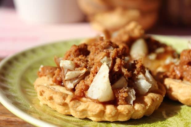Z těchto hrušek můžete udělat i sladký dezert. Například v kombinaci s karamelem a křehkým těstem.