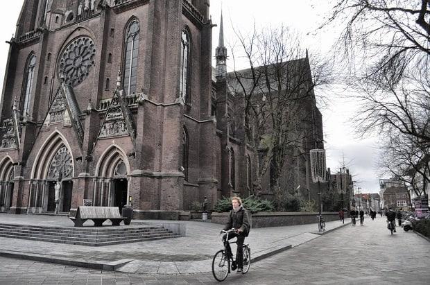 Cyklista u Sint-Catharinakerk.