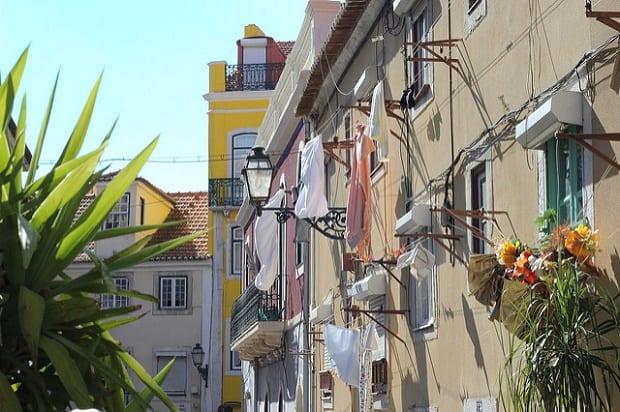 Křivolaké lisabonské uličky jsou mimořádně malebné.