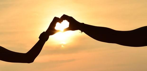 Romantika na pláži při západu slunce...