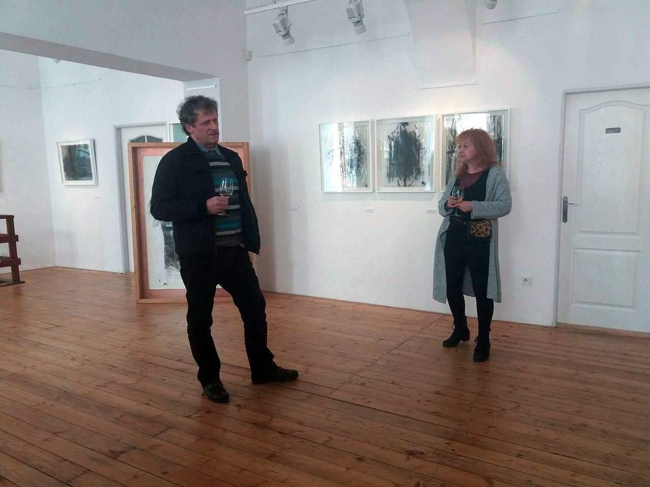 Autorka výstavy během komentované prohlídky.
