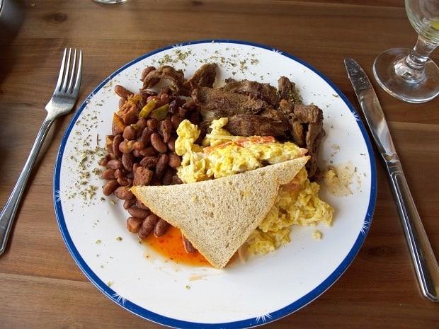 Mexická snídaně – míchaná vajíčka s fazolemi a pečivem.