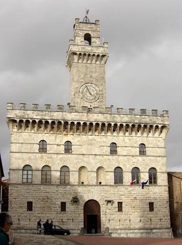 Montepulciano. Městská věž. Zde se Edward třpytil.