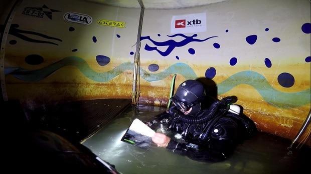 Jistící potápěč Michal Guba v dekompresním stanu v hloubce 9 metrů.