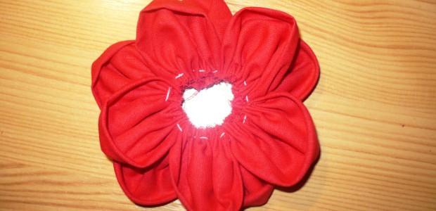První a druhý květ na sebe položte tak, abyste vytvořili dojem mnovrstevnatosti květiny.
