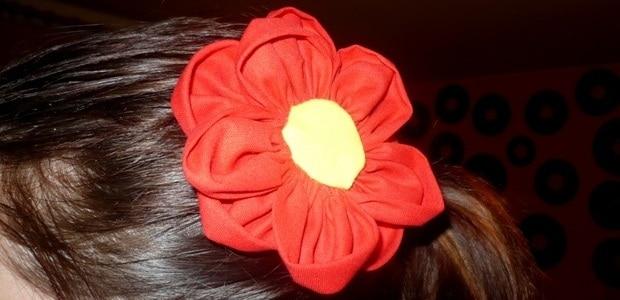 A takhle vypadá hotová květina ve vlasech.