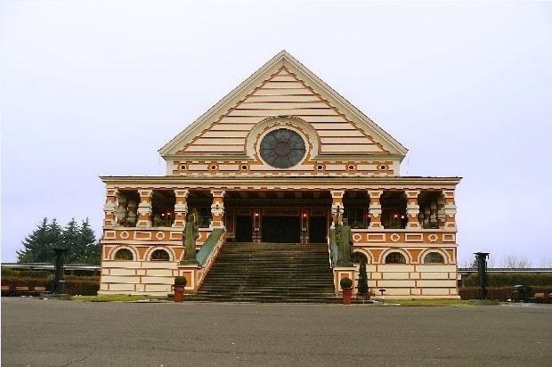 Pardubické rondokubistické krematorium.