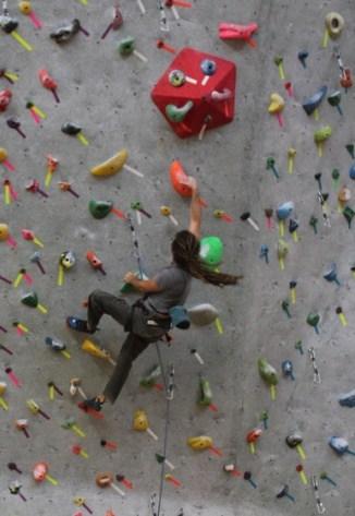 Začněte trénovat na umělé lezecké stěně.