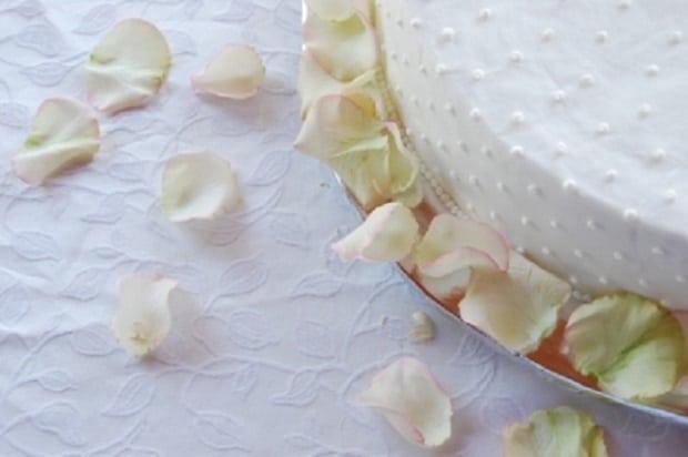 Kandování okvětních plátků je velmi častou technikou přípravy jedlých květů. Snoubí se v něm dvojí sladká chuť - cukru a vybraných květů.