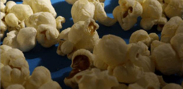 Ke zhlédnutí filmu neodmyslitelně patří kyblík popcornu.