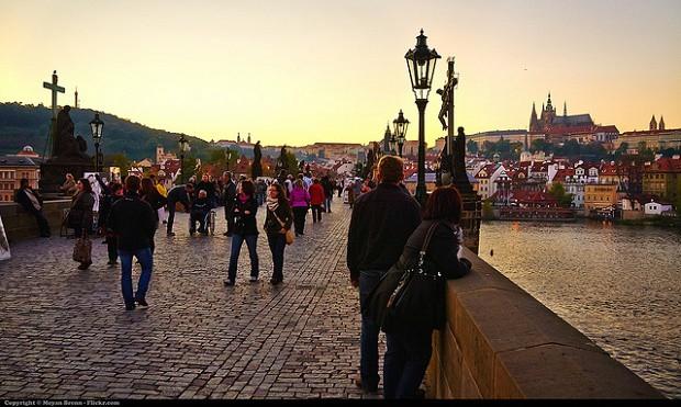 Pražská klasika. Karlův most a šňůra turistů s impozantním Pražským hradem v pozadí.